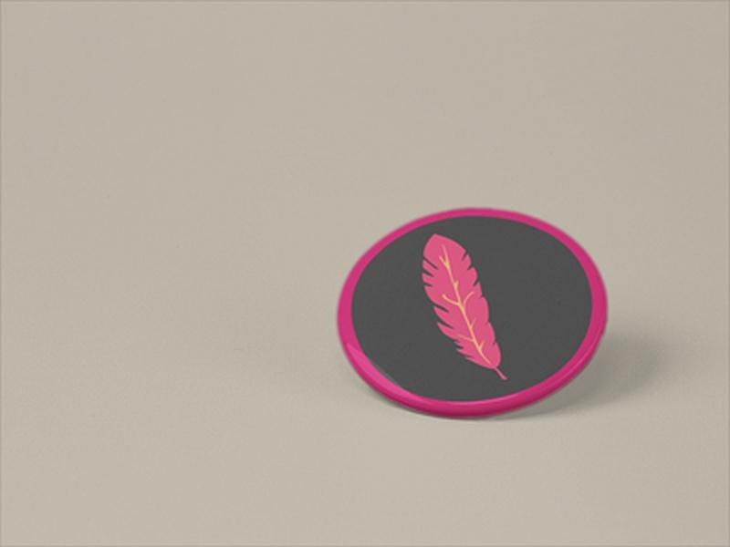 przypinka z różowym piórkiem