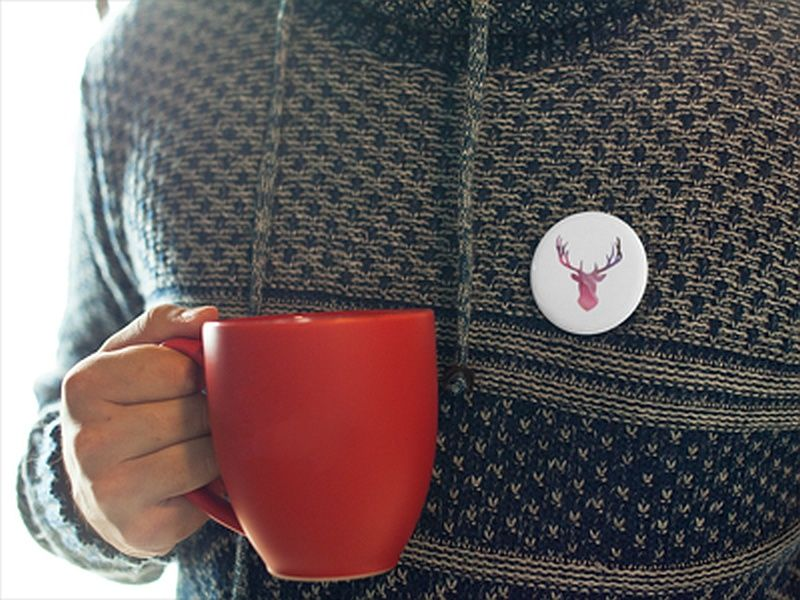 Button reklamowy na swetrze
